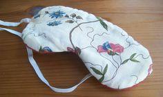 DIY Schlafmaske selbermachen. Eine super DIY Geschenke Idee für Freundinnen, auch zu Weihnachten! Schnell genäht und auch für Nähanfänger geeigenet.