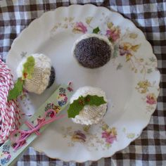 Claire Garland: knitting patterns, dolls and inspiration: FREE PATTERN: Figgy pudding time! Christmas Knitting Patterns, Knitting Patterns Free, Free Pattern, Free Knitting, Xmas Pudding, Figgy Pudding, Mini Christmas Puddings, Fruit Fool, Knitting Cake