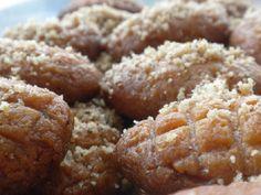 Υλικάγια περίπου 50 μελομακάρονα     500 γραμμάρια (2 ποτήρια) ελαιόλαδο   250 γραμμάρια(1 ποτήρι) ζάχαρη   Ξύσμα από 2 πορτοκάλια   250 γραμμάρια (1 ποτήρι) χυμό πορτοκάλι   100 γραμμάρια (1/2 ποτήρι) κονιάκ   150 γραμμάρια (1 ποτήρι) σιμιγδάλι ψιλό   1 Greek Sweets, Greek Desserts, Greek Recipes, Desert Recipes, Greek Cake, Eat Greek, Sweets Recipes, Cooking Recipes, Cake Recipes
