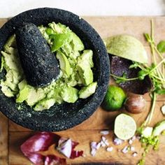 some people like things like ketchup and mustard. I like guacamole. Guacamole on french fries. Guacamole on chicken. Guacamole on burgers. I have yet to try guacamole on hot dogs but you can bet that it's on my list. Guacamole Recipe, Avocado Recipes, Veggie Recipes, Easy Healthy Recipes, Easy Meals, Bbq Meals, Mexican Food Recipes, Ethnic Recipes, Uk Recipes