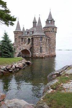 """Su una delle """"thousand island """" sul fiume SanLorenzo vicino a kingston in Canada, questo castello fu costruito su una piccolissima isola da un milionario per la sua amata"""