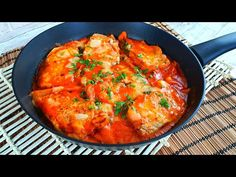 Cotlet de porc cu sos de roșii, ciuperci și smântână este o rețetă rapidă, în aproximativ 30 de minute aveți un cotlet fraged și suculent. Cotletul de porc cu sos de roșii este unul dintre acele feluri de mâncare ce te salvează în zilele aglomerate, când nu ai mult timp de petrecut în bucătărie. Totul… Garlic Sauce, Pork Chops, Stuffed Mushrooms, Curry, Ethnic Recipes, Pork, Stuff Mushrooms, Curries, Garlic Dip