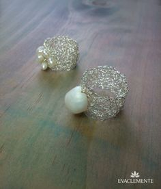 Anillos tejidos en hilo de plata con perla de río o perlitas pequeñas. Pearl Earrings, Metal, Jewelry, Silver Jewellery, Pearls, Rings, Tejidos, Accessories, Pearl Studs