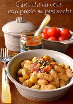 Gnocchi ceci con pesto di pistacchi e pomodorini pachino