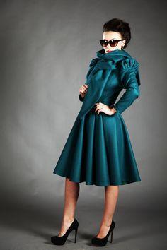 Beatrice is een lange, wol herfst/winter jas, die een uniek en elegant ontwerp heeft en het is draagbaar met elke gelegenheid. het heeft een romantisch en vrouwelijk uiterlijk persoonlijkheid aan uw frame brengt.  BELANGRIJK! Voeg kleur, voering (herfst of winter) en uw metingen (buste, taille, heupen, lengte van de mouw en uw hoogte) in de sectie Opmerking van koper  maten: s buste: 82-83cm taille: 63-64cm heupen: 88-89cm m buste: 86-87cm taille: 67-68cm heupen: 92-93cm l buste: 90-91cm…