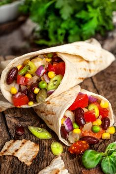 Savez-vous que les haricots rouges représentent une excellente source de fibres, de minéraux, de glucides complexes et qu'ils sont pauvres en matières grasses ? 💃 Mettez donc de la couleur dans vos assiettes grâce à notre sélection de recettes ! 🥗  #tacos #burritos #mexicanfood #food #recetterapide #recettefacile #recettesimple #famille #enfants #haricotsrouges #beans #redbeans #haricots #mexique #recettemexicaine #food #cuisine #fibre #minéraux #glucides #légumes #minceur #régime… Burritos, Wraps, Tacos, Mexican, Ethnic Recipes, Coin, Complex Carbs, Fiber Sources, Kitchens