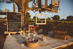Rincón para el photocall. Decoración bucólica {Foto, Sara Lobla} #weddingdecoration #decoracionbodas #photobooth #photocall #tendenciasdebodas
