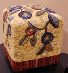 chunky hooked foot stool hooked by Diana Smith Rug Hooking Designs, Rug Hooking Patterns, Ravelry, Rug Inspiration, Hand Hooked Rugs, Wool Art, Braided Rugs, Penny Rugs, Fibres