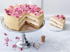 Voikreemikakku on monen mielestä se ainoa ja oikea juhlakakku. Kun kreemitäytekakku saa makua shampanjasta ja lakasta, voi sen tarjoilla juhlapöydän kruununa.  Kakku sopii loistavasti esim. valmistujaisiin, sillä kakun päälle voi istuttaa vaikka ylioppilaslakin. Finnish Recipes, Cake Decorating For Beginners, 20 Min, Desert Recipes, Cakes And More, No Bake Cake, Vanilla Cake, Food Inspiration, Mousse