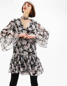 Sukienka ze wzorem w kwiaty i rozkloszowanymi rękawami.  Odkryj to i wiele innych ubrań w Bershka w cotygodniowych nowościach