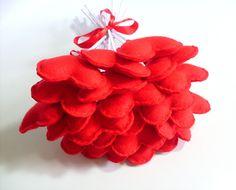 Buquê de corações em feltro vermelho com acabamento em cetim.  Contém 20 corações. R$ 40,00