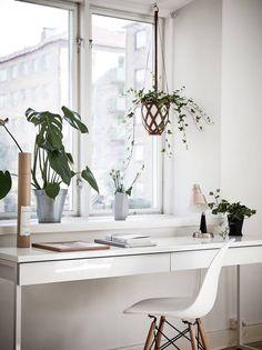 Bureau BESTA BURS DIKEA En Blanc Brillant Devant Une Fenetre Avec Quelques Plantes