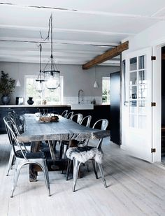7 design features of the perfect Nordic rustic cottage. Touring a beautiful little home in Denmark for some great design and decor ideas. Dining Room Inspiration, Interior Inspiration, Design Inspiration, Rustic Elegance, Modern Rustic, Modern Country, Rustic Chic, Style At Home, Scandinavian Kitchen