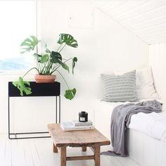 Ferm Living plantenbak hangplanten Scandinavian Interior, Scandinavian Style, Planter Boxes, Planters, Loft Spaces, Minimalist Bedroom, Living Room Interior, Floating Nightstand, Interior Inspiration