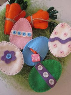 These all hand stitched felt Easter eggs are open on the back so you can fill them with smaller Easter candies. Easter Projects, Easter Crafts, Holiday Crafts, Crafts For Kids, Easter Decor, Easter Ideas, Holiday Ideas, Easter Candy, Easter Eggs