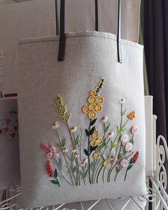 """오트밀 색상 """"들판위의꽃들"""" Color de avena """"flores en el campo"""" # Bolsas de bordado # Bordado francés # Tranvía de bordado # Cosido a mano # Hecho a mano # Hermosa # Sejong bordado francés # Pueblo Bumjiri Embroidery Flowers Pattern, Embroidery Bags, Hand Embroidery Stitches, Silk Ribbon Embroidery, Crewel Embroidery, Hand Embroidery Designs, Cross Stitch Embroidery, Brazilian Embroidery, Felted Wool"""