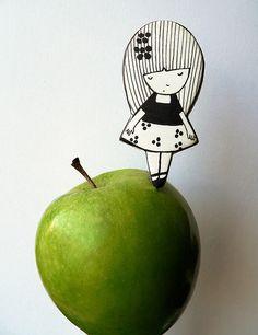 largo2 by missdesidia, via Flickr Diy Shrink Plastic Jewelry, Plastic Bottle Crafts, Polo Design, Shrink Art, Shrinky Dinks, Kindness Rocks, Cute Doodles, Recycled Art, Doll Patterns