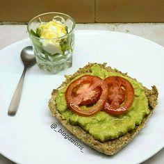 Pão protéico com maionese de abacate.