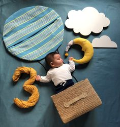 baby monthly photo ideas creative - hot air balloon Monthly Baby Photos, Newborn Baby Photos, Baby Boy Photos, Cute Baby Pictures, Baby Announcement Pictures, Baby Christmas Photos, Foto Baby, Newborn Baby Photography, Baby Month By Month