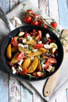 Schnelles 30 Minuten Rezept Kartoffel Wedges Pfanne mit Paprika de la Vera Tomaten Zucchini Fetakäse und Bohnenkraut