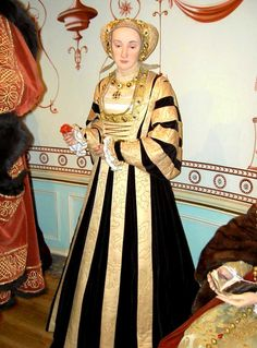 Anne Von Kleves (Anne of Cleves) wax figure. wife of Henry VIII. Motto: 'God send me well to keep' of holbein Tudor Costume Dinastia Tudor, Los Tudor, Tudor Style, Renaissance Mode, Renaissance Fashion, Renaissance Clothing, Tudor History, European History, British History