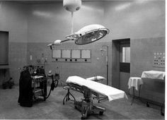 Bronovolaan, een der drie nieuwe operatiekamers van Bronovo, 'welke toegerust zijn met de nieuwste apparaturen en voorzieningen' 1960