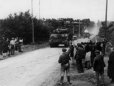 Chars de la 4e division blindée US lors de l'opération Cobra entre Périers et Coutances, acclamés par la population civile. 25 juillet 1944, © US Army