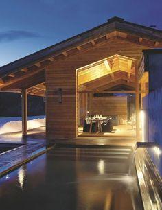 Une piscine extérieure dans ce chalet montagnard. Plus de photos sur Côté Maison http://petitlien.fr/7pqv