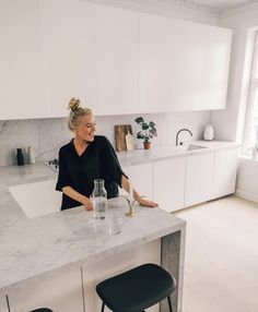 - Hildegunn Taipale - ad // Yess I am in love with our new kitchen! 😍😍 & so so happy we chose our marble from , . Kitchen Room Design, Kitchen Dinning, Modern Kitchen Design, Home Decor Kitchen, Interior Design Kitchen, New Kitchen, Home Kitchens, Elegant Kitchens, Cuisines Design