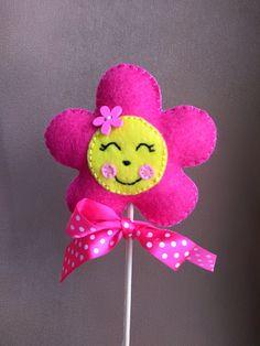 Květinový+zápich+růžový+Ručně+šitá+dekorace+z+filcu+ve+tvaru+květiny.+Ke+květince+je+připevněna+špejle,+pro+snadné+zapíchnutí+do+květináče.+Květina+je+zdobená+z+obou+stran.+Průměr+květiny+je+8,5+cm.+Výška+i+se+špejlí+je+cca+31+cm.+Výrobek+je+vycpán+dutým+vláknem. Felt Crafts, Diy And Crafts, Penny Rugs, Mother And Father, Felt Ornaments, Craft Work, Diy Flowers, Hand Sewing, Origami