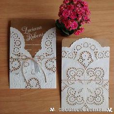 Convite de casamento feito em papel kraft e capa de renda - AboutLove