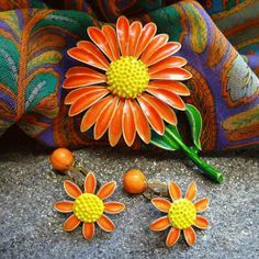 Daisy Flower Pin w Earrings WILD POP ART Set 1950s Vintage Jewelry $45