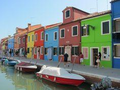Las fachadas de colores vivos características de #Burano, al norte de #Venecia. http://www.venecia.travel/ciudades-para-visitar/burano/ #turismo #guía #viajar #Italia