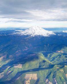 Mt. Rainier! Kysyin viime kuvassa tunnistaako joku vuorta ja @paulagaston osui oikeaan - tietenkin kun sillä rannikolla asustelee! Käy tsekkaamassa Paulan feedi jos Kalifornia kiinnostaa. Kuvassa sama Washingtonissa sijaitseva tulivuori lännestä kuvattuna. (via Instagram)