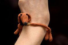 Dachshund Bracelet - crochet pattern and images tutorial (Rus) Crochet Amigurumi, Knit Or Crochet, Crochet Toys, Crochet Gratis, Bracelet Crochet, Micro Macramé, Dachshund Love, Funny Dachshund, Knitting For Beginners