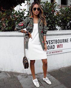 Robe blanche avec veste militaire à patchs inspiration tendance pour porter la petite robe blanche
