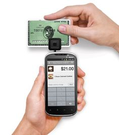 Leitor de cartão de crédito para iPhone. Tecnologia impressionante. Ele transmite os dados do cartão de crédito pelo fone de ouvido!