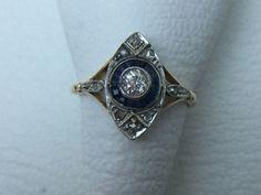 Anillo de oro amarillo y blanco de la época Art Déco con diamantes talla europea antigua y zafiros azules