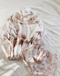 brown nude tie dye hoodie and shorts set. Tie Dye Shirts, Tie Dye Hoodie, Band Shirts, Batik Mode, Shorts E Blusas, Tie Dye Crafts, Tie Dye Fashion, Tie Dye Outfits, Tie Dye Clothes