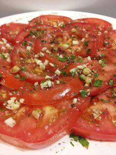 Hoy nos apetece esta ensalada de tomates aliñados al estilo Bodebar.