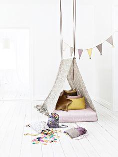 Simpele tent in de kamer: Hang een stok aan het plafond, gooi er een groot laken overheen en leg de matras erin en jouw supertent is af!