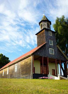 Iglesia de Trumao, Región de los Rios-Chile 🇨🇱 Church Building, Patagonia, Places To Visit, Cabin, London, Mansions, House Styles, Iglesias, Mosques