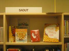 Lastenosastolla aineistopromootiota oli paljon ja se on helppoa kun kirjoista itsestään tehdään noin värikkäitä ja kutsuvia.