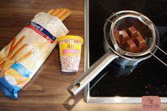 Du brauchst: Eine Packung Grissini-Stangen, bunte Zuckerperlen, eine Packung Blockschokolade zum Schmelzen