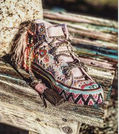 Walk In My Shoes, Me Too Shoes, Vintage Style Outfits, Boho Outfits, Accessorize Shoes, Punk Chic, Tibet, Hippie Lifestyle, Shoe Crafts