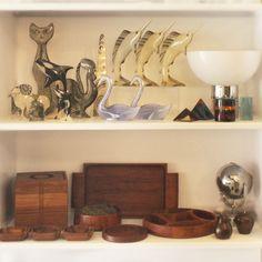 Abraham Palatinik's sculptures and colored paperweight in acrylic (1970s), Brazil. Wooden snack trays and square glacier (1960s), anonymous, Brazil.   Esculturas e papel de peso colorido de Abraham Palatinik (década de 1970), Brasil. Petisqueiras e geleira quadrada em madeira (década de 1960), de autor desconhecido, Brasil. #lojateo #abrahampalatinik #palatinik #1970s #anos70 #vintade #braziliandesign #designbrasileiro #decor #decoracao #interiordesign