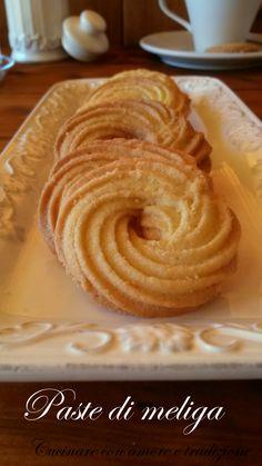 Una delle piacevoli scoperte che ho fatto quando sono venuta ad abitare in Piemonte sono state le paste di meliga, dei deliziosi biscotti molto friabili e perfetti per iniziare piacevolmente la giornata.