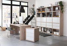 """Der Schreibtisch """"Schema"""" von CARRYHOME besticht durch seine dezente und schlanke Optik. Ihr neuer Arbeitsplatz macht durch sein modernes Design eine gute Figur und schafft ein stilvolles Ambiente. Der Schreibtisch ist aus Flachpressplatten gefertigt und mit einer Dekorfolie in Eichefarben versehen. Auf einer Breite von ca. 180 cm bietet Ihnen das moderne Möbelstück viel Platz für Ordnung, Struktur und persönliche Gestaltung. Entscheiden Sie sich für den modernen Schreibtisch von CARRYHOME!"""