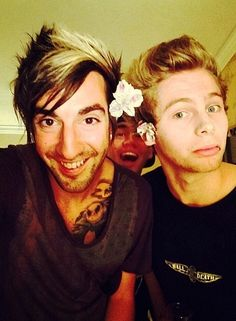 Jack (all time low), and luke and Calum (5sos), FLOWER POWER :D >> there are so many edits of this picture akslaldkfn