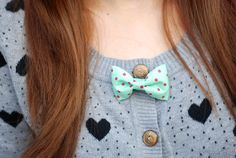 Cute, like a bowtie! Vintage Style, Vintage Fashion, Boater Hat, Little Bow, Bow Ties, Cloths, Knitwear, Cardigans, Fashion Beauty